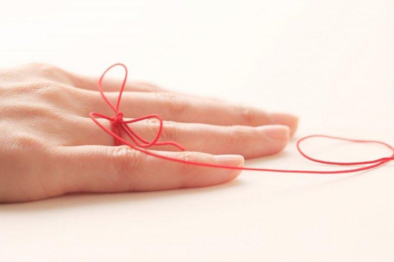 На какой руке носят красную нить и как е завязать правильно
