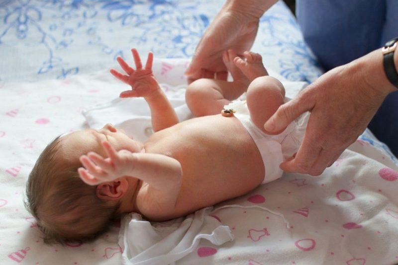 Как заговаривают пупочную грыжу у новорожденных