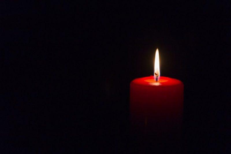 Сексуальная привязка с красными свечами