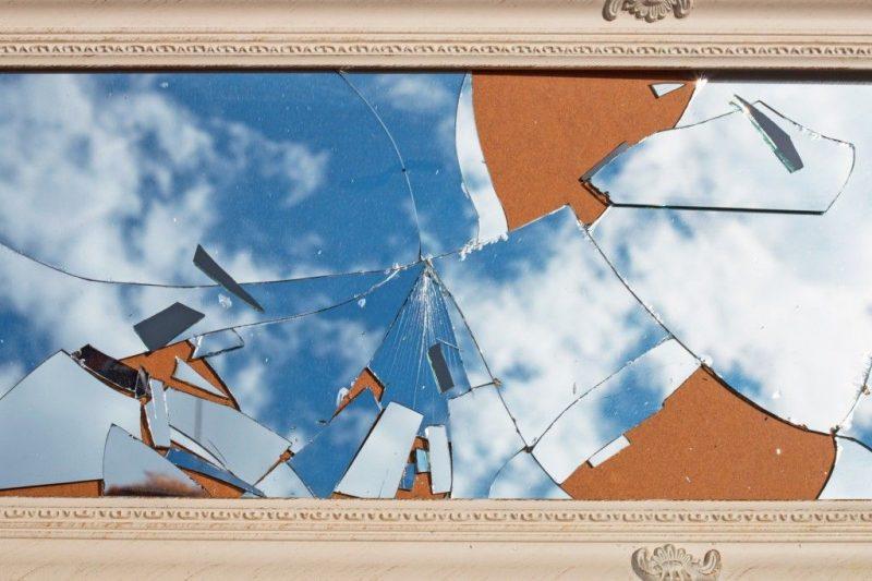 К ЧЕМУ БЬЕТСЯ ЗЕРКАЛО В ДОМЕ ПРИМЕТА - Треснуло зеркало — примета плохая, но есть решение