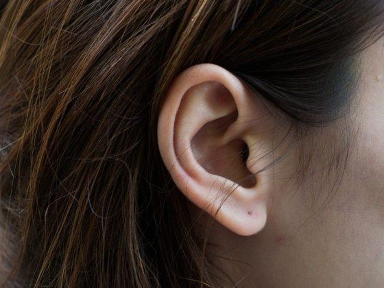 К чему вскочил прыщ на мочке уха