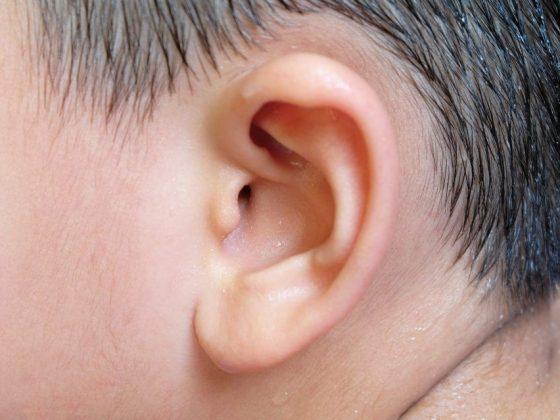 К чему чешется правое или левое ухо