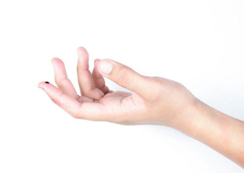 К чему уколоть палец при шитье