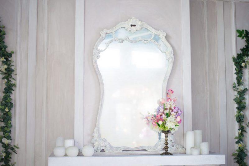 Можно ли вешать зеркало напротив входной двери: приметы