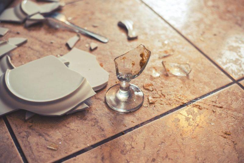 Почему бьется посуда в доме значение приметы
