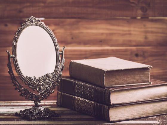 Старое разбитое зеркало нужно очистить от негатива