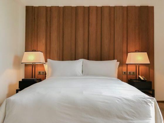 Очень хорошо кровать смотрится по середине спальни