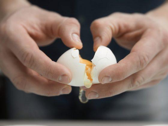 Для гадания подойдут сырые куриные яйца