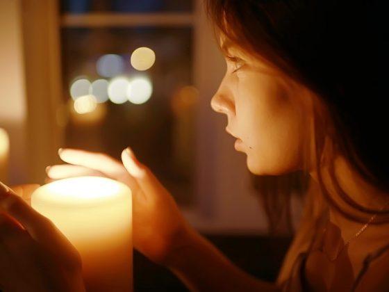 Ворожба проводится при свете свечи