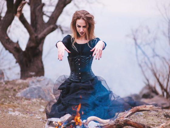 На Хэллоуин девушки гадали с огнем и каштаном
