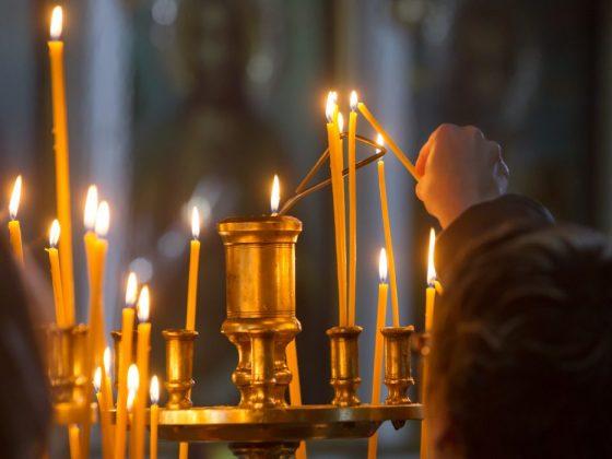 Ставить в церкви горящие свечи во сне – надеяться на помощь в реальной жизни