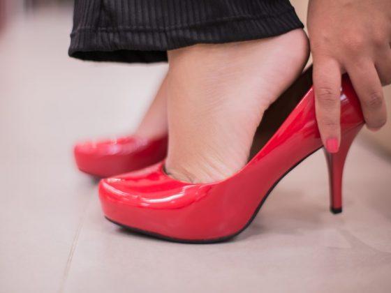 Мерить красные туфли к знакомству с новым приятелем
