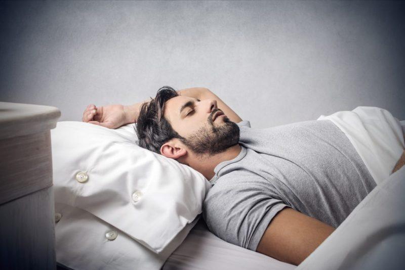 Со спящим мужиком, японский массажист в кабинете