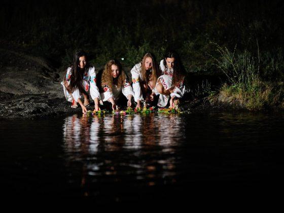 В купальскую ночь девушки гадают на суженного