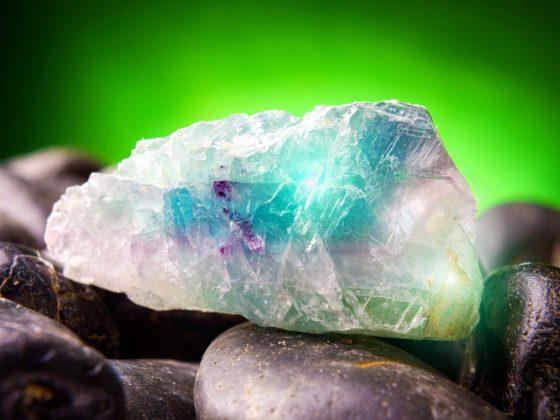 Флюорит можно сочетать со многими минералами