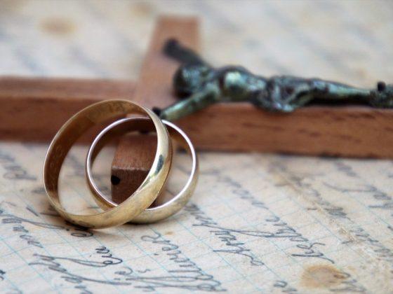 Снится обручальное кольцо — толкование и тайные знаки